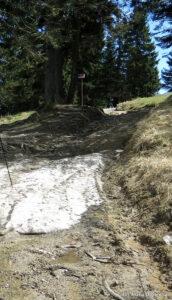 Resztki śniegu przed schroniskiem na Turbaczu