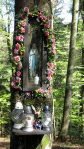 Kapliczka na Kopieńcu na zielonym szlaku do Koninek