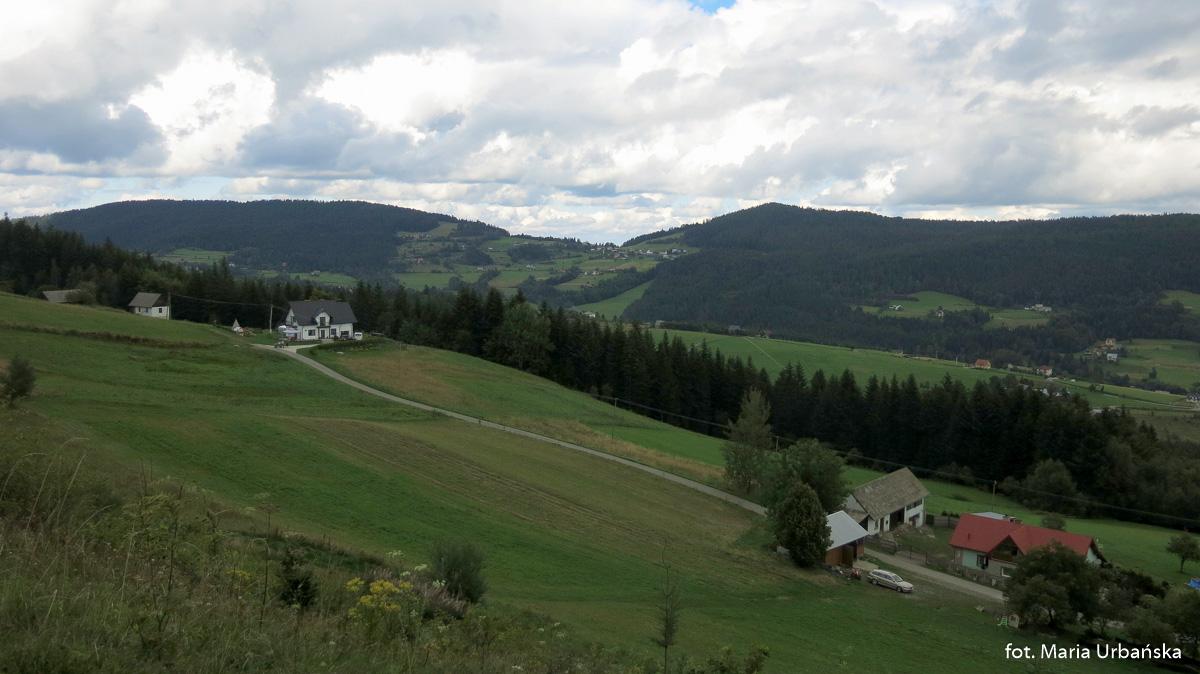 Widok z podejścia na Modyń na Cichoń (926 m) i Ostrą (925 m)