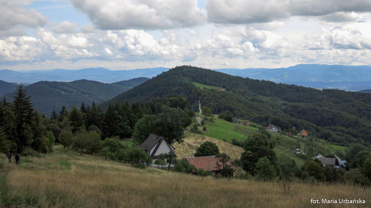 Widok z podejścia na Modyń na przełęcz i szczyt Jasieńczyka (836 m)
