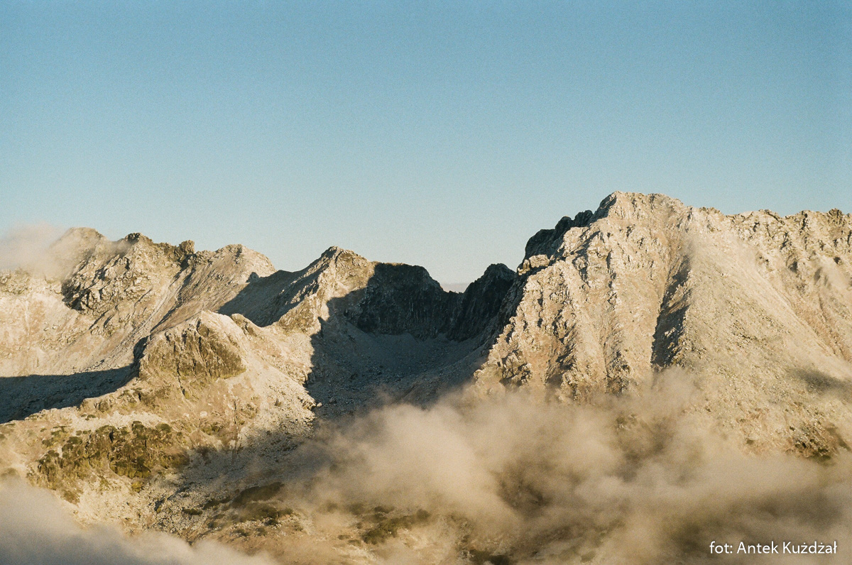 Widok w kierunku Pustej Dolinki, wokół której Kołowa Czuba, Zawrat i Kozi Wierch