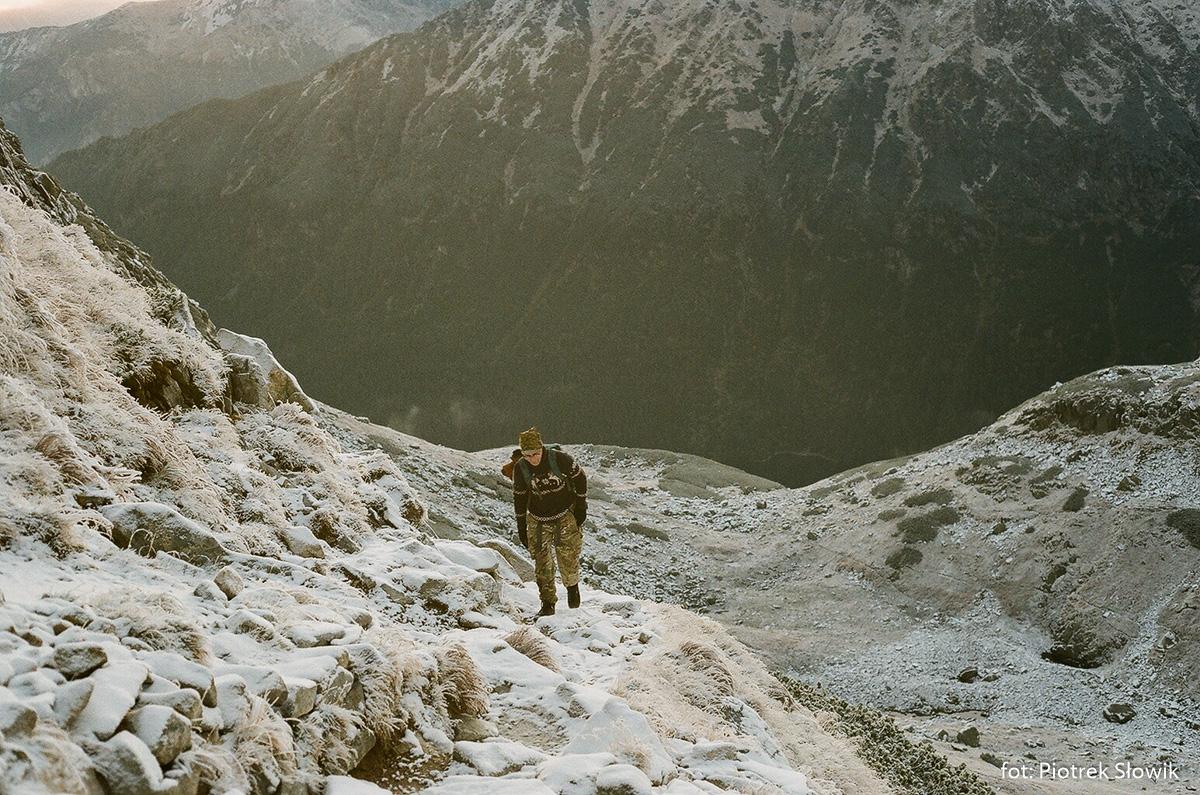 Podejście na Szpiglasową Przełęcz, w dole próg Doliny za Mnichem i niżej Morskie Oko
